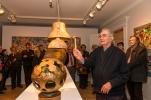 Aristide Gagnon fait une démonstration de la sonorité de ses cloches de bronze lors d'une visite guidée avec le Club des collectionneurs en arts visuels de Québec, le 2 mai 2016. Crédit photo: Isabelle Houde Photographe