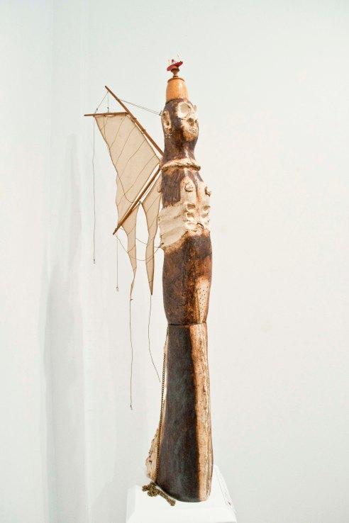 À la dérive par Hélène Larouche Sculpture de grès avec voilure, cordages, chaîne et paquebot en bois, 114 h X 52 X 11 cm Crédit photo : Isabelle Houde Photographe