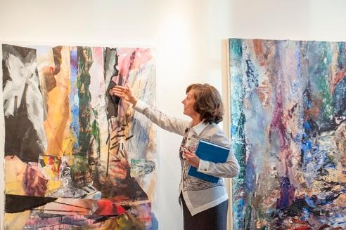 Mme Nicole Brière, spécialiste en art et en communication devant une œuvre de l'artiste Michael Smith, représenté par la Galerie Michel Guimont.  Crédit photo:  Isabelle Houde Photographe   http://www.isabellehoudephotographe.com/