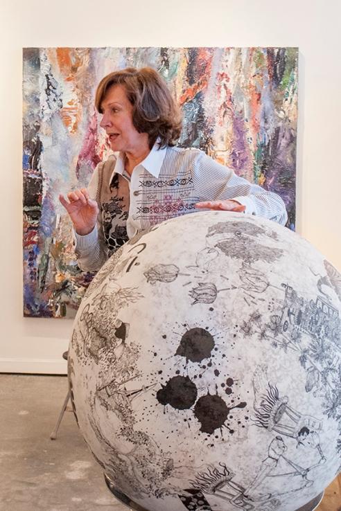 Mme Nicole Brière avec, en avant-plan, une oeuvre de l'artiste Paryse Martin, représentée par la Galerie Michel Guimont.  En arrière plan, une œuvre de Michael Smith.   Crédit photo:  Isabelle Houde Photographe