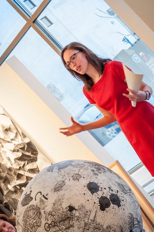 Mme Andréanne Lesage, historienne de l'art, partage son analyse d'une œuvre de Paryse Martin avec les participants.