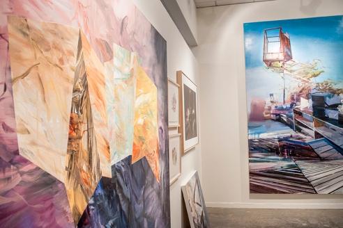 En avant-plan, à gauche, un aperçu d'une oeuvre de Mélanie Authier.  Au fond, un tableau de Martin Golland.  Les deux artistes sont représentés par la Galerie Michel Guimont.  Crédit photo:  Isabelle Houde Photographe