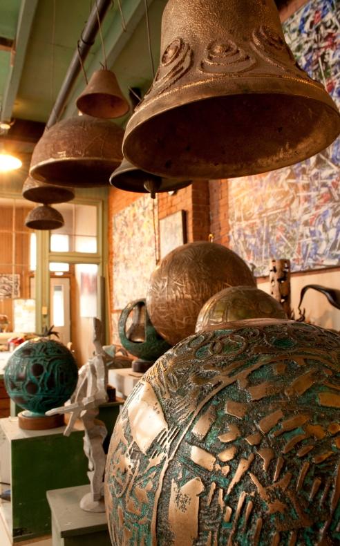 Des œuvres de l'artiste Aristide Gagnon à son atelier-fonderie.  Crédit photo:  Isabelle Houde Photographe